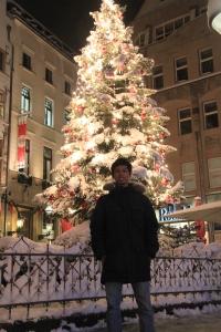 Mejeng depan Weihnachtsbaum