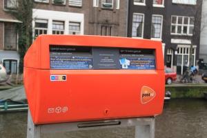 Mengapa Bus Surat di Indonesia warna oranye? Karena di Belanda juga oranye :D